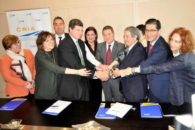 El Presidente de la Diputación de Ciudad Real ofrece el apoyo institucional al aeropuerto