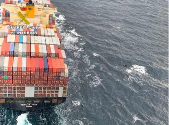 Evitan la colisión de un buque portacontenedores contra una embarcación con 11 inmigrantes
