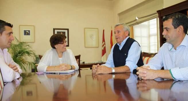 Imagen: Carmen Olmedo analiza con el alcalde de Albaladejo los principales proyectos para la localidad