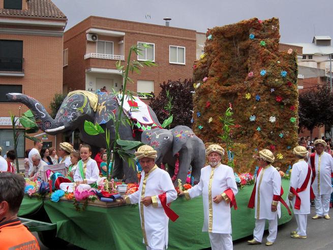 La carroza de la peña Ausentes ganó el Desfile-Concurso de Carrozas de Villacañas