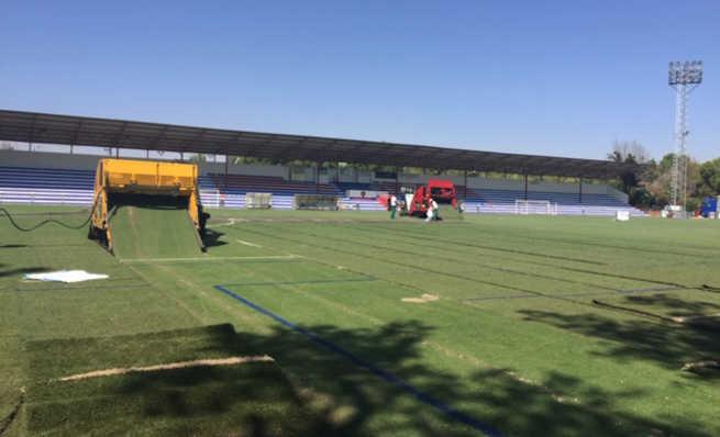 Comienza la instalación del nuevo césped en el Campo Municipal de Fútbol de Alcázar