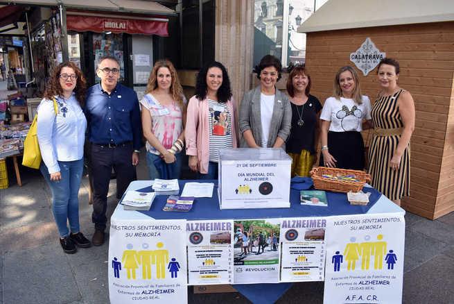 La Alcaldesa de Ciudad Real participa en la cuestación de la Asociación de Familiares de enfermos de Alzheimer