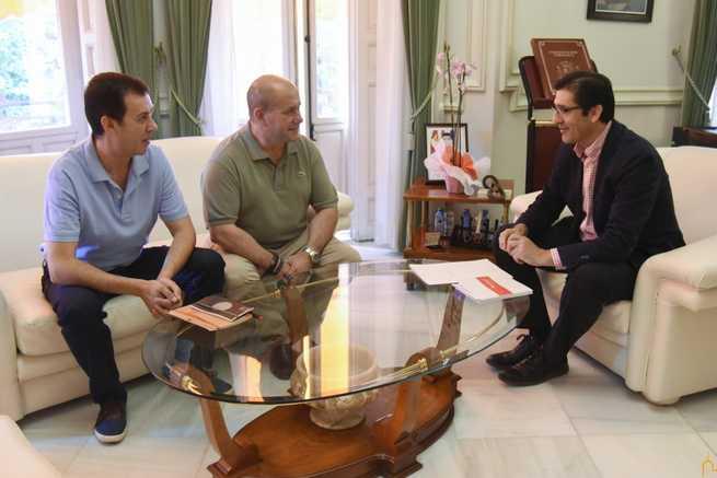 El alcalde de Villarrubia presenta en la Diputación proyectos que benefician a los mayores y a los niños de su municipio