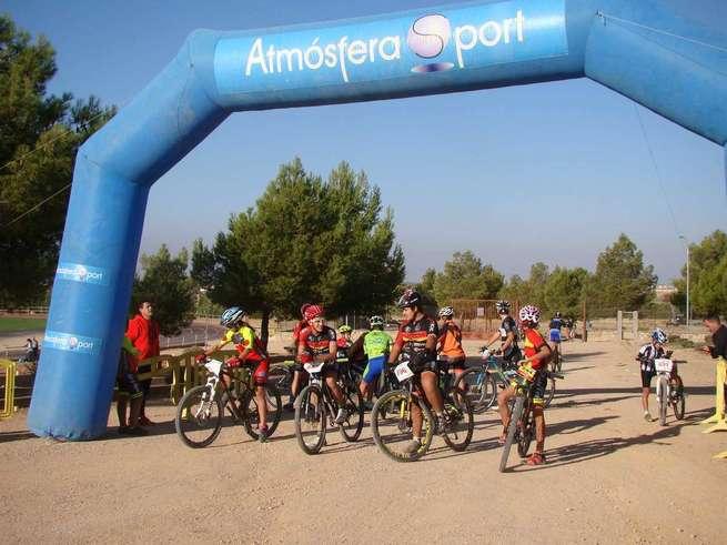 Un centenar de chicos y chicas participan en la Carrera del Club Ciclista El Reventón