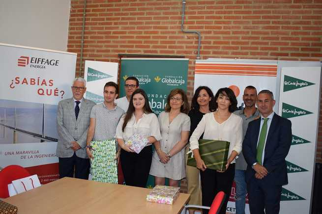 Los ganadores de la fase regional de la XI Olimpiada de Economía recogen sus premios