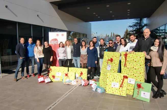 AJE Ciudad Real entrega regalos de Reyes a los niños y jóvenes de la Asociación DIME