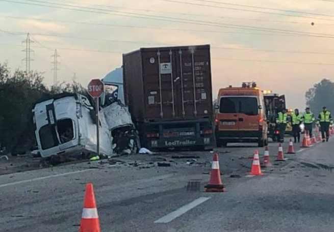 Una fuerte colisión entre una furgoneta y un camión en Sevilla deja cinco muertos
