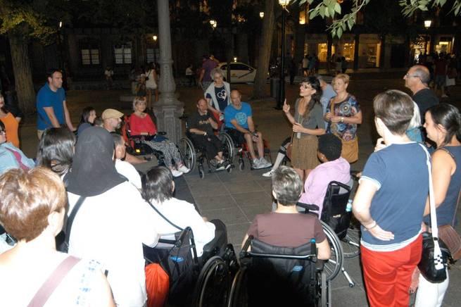 Imagen: Pacientes y familiares del Hospital de Parapléjicos disfrutan de una ruta nocturna guiada por Toledo