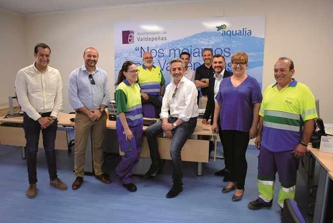 El alcalde de Valdepeñas inaugura oficialmente la nueva oficina del Servicio de Aguas