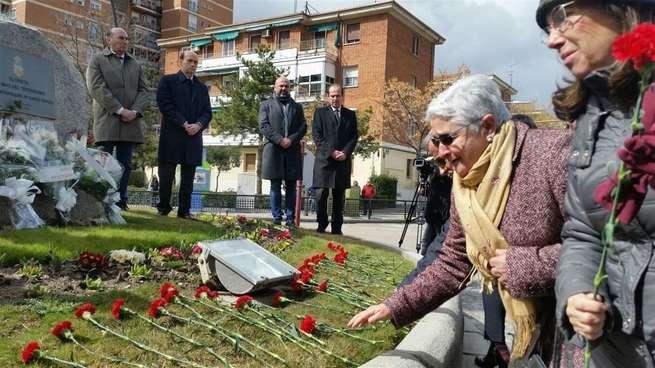 Guadalajara recuerda a las víctimas del 11M en un homenaje con claveles rojos en la glorieta dedicada a las víctimas