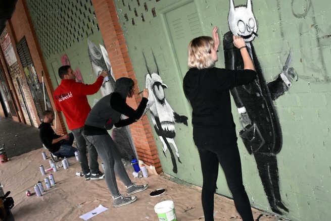 Ciudad Real sensibiliza contra la trata y la prostitución con dos grafitis en la Avenida del Ferrocarril