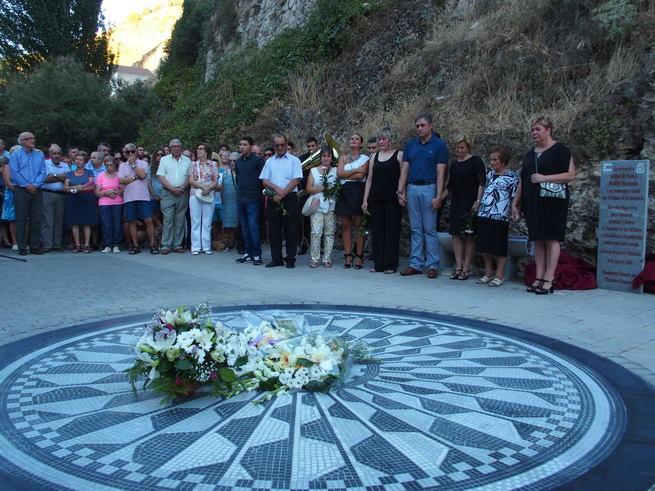 Cientos de personas arropan a las familias de Laura y Marina en el acto en homenaje a su memoria