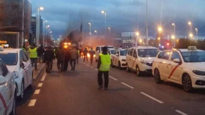 Los taxistas madrileños bloquean la entrada a IFEMA, donde se celebra Fitur 2019