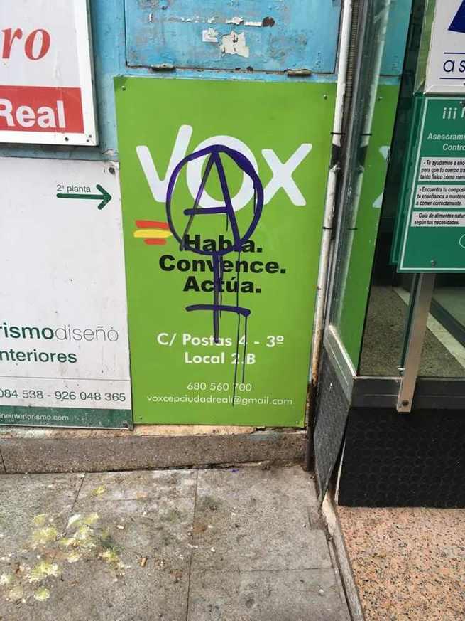 La pancarta de VOX Ciudad Real aparece con una pintada