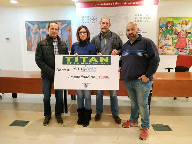 La organización de la Titán de La Mancha entrega un cheque de 1000 euros a FUNDAME, una parte de la recaudación de la prueba