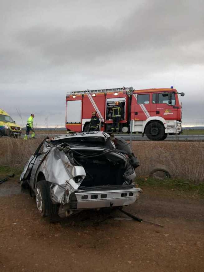 Una mujer ha tenido que ser rescatada de su vehículo tras salirse de la vía en Miguelturra