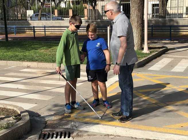 Bastón Blanco para concienciar sobre las dificultades de personas con discapacidad visual