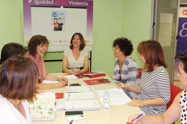 La Consejera de Igualdad visita el Centro de la Mujer de Alcázar para conocer recursos y  funcionamiento