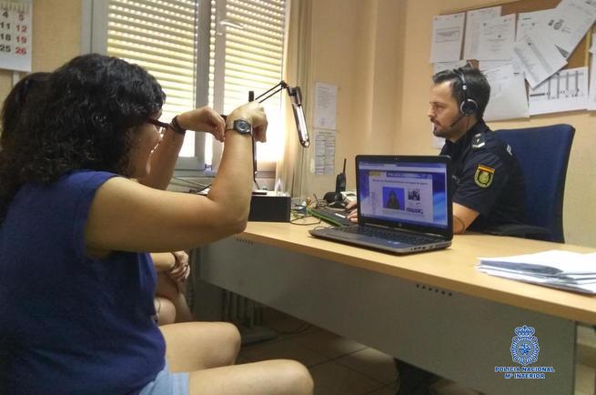 Imagen: La Policía Nacional implementa en Toledo el sistema S-Visual de vídeo-interpretación de lengua de signos para sordos