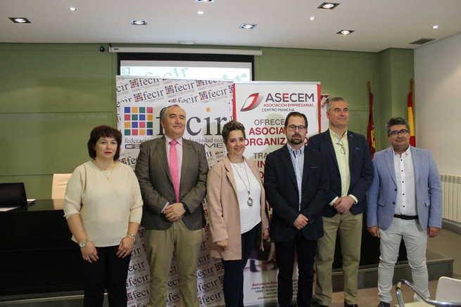 El teniente de alcalde de Alcázar Gonzalo Redondo felicita a ASECEM en su ingreso en FECIR