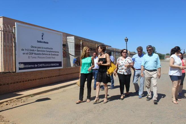 Imagen: La delegada de la Junta visita las obras del nuevo Colegio Público  de El Torno en el que el Gobierno regional invertirá 500.000 euros