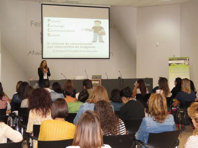 Imagen: Profesionales de toda España participan en un curso intensivo del sistema de comunicación PECS