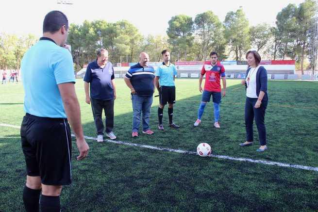 La alcaldesa de Alcázar realizó el saque de honor del primer partido que el Sporting disputa en casa esta temporada