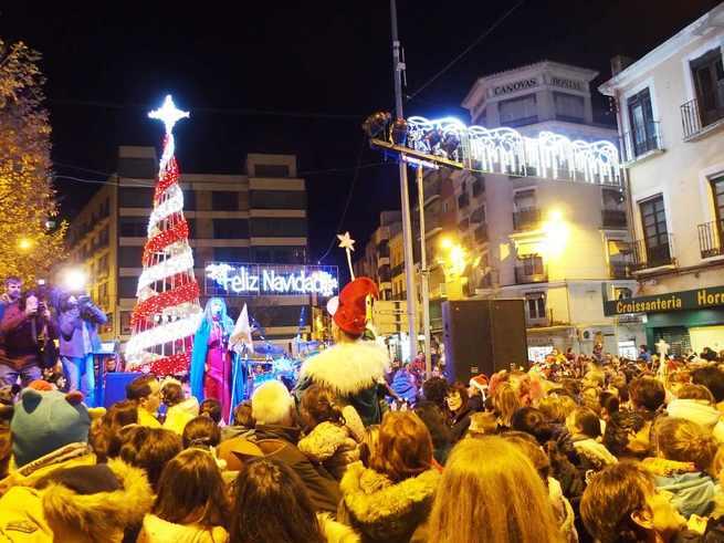 El encendido en Cuenca de las luces de la Navidad reúne en la Plaza de la Constitución a cientos de conquenses