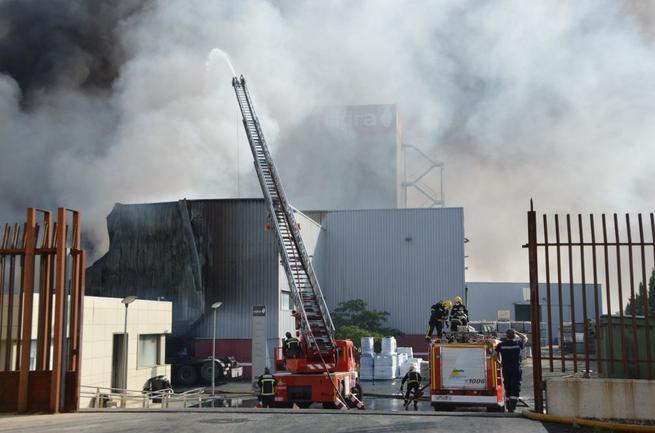 Imagen: Controlado el incendio en las instalaciones de Cidra en Daimiel (Ciudad Real)