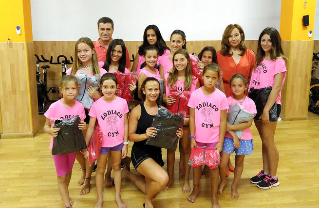 """Las integrantes del gimnasio """"El Zodiaco"""" reciben una sudadera como símbolo de agradecimiento a su labor por parte de Argamasilla de Calatrava"""