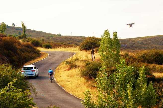Telefónica, DGT y SEAT se unen para poner la tecnología iot al servicio de la seguridad de los ciclistas en la carretera