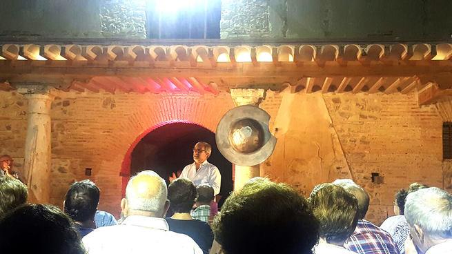 El Palacio de Clavería de Aldea del Rey abre sus puertas por primera vez como escenario de una obra teatral con un gran éxito de participación