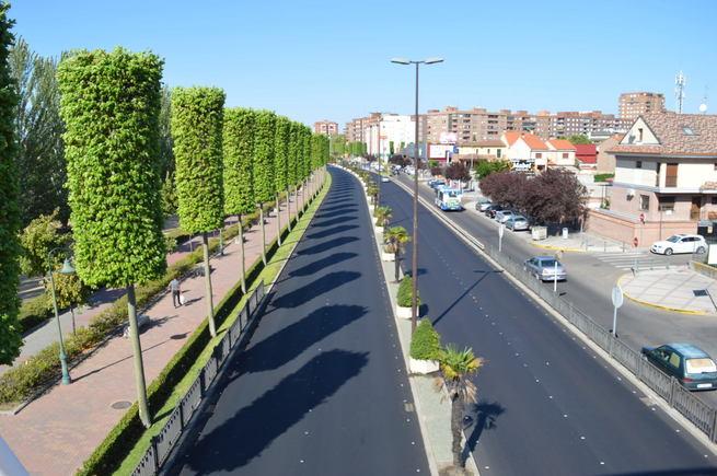 El alcalde de Talavera visita las obras de asfaltado de la Avenida de Madrid con las que se completa el aglomerado del primer lote