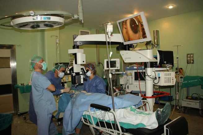 El Hospital Virgen de la Luz de Cuenca comienza a realizar implantes microscópicos para la cirugía de glaucoma