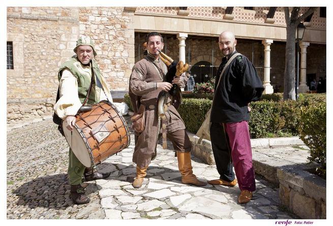 El Tren Medieval a Sigüenza propone un viaje en el tiempo con trovadores, zancudos y malabaristas