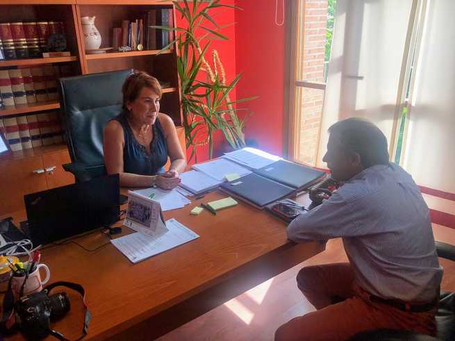 La Alcaldesa de bargas se reúne con el Director Feneral de Puy Du Dou