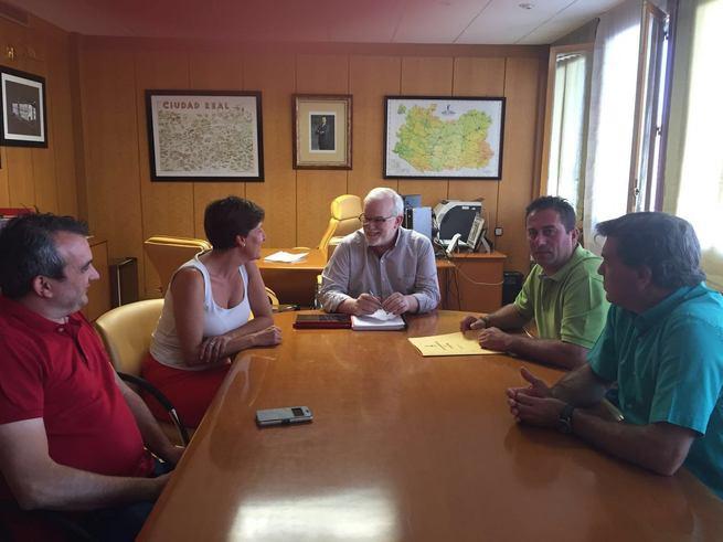 Los alcaldes de Porzuna y El Torno exigen a la Junta el arreglo de la carretera CM-403 y de la travesía de Porzuna
