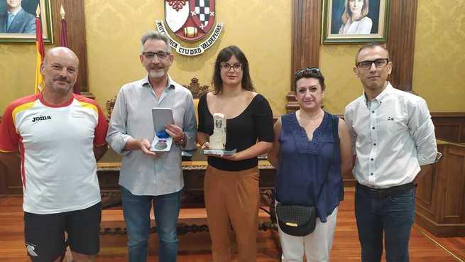 El alcalde recibió a la valdepeñera Subcampeona del Mundo de Natación en categoría Master
