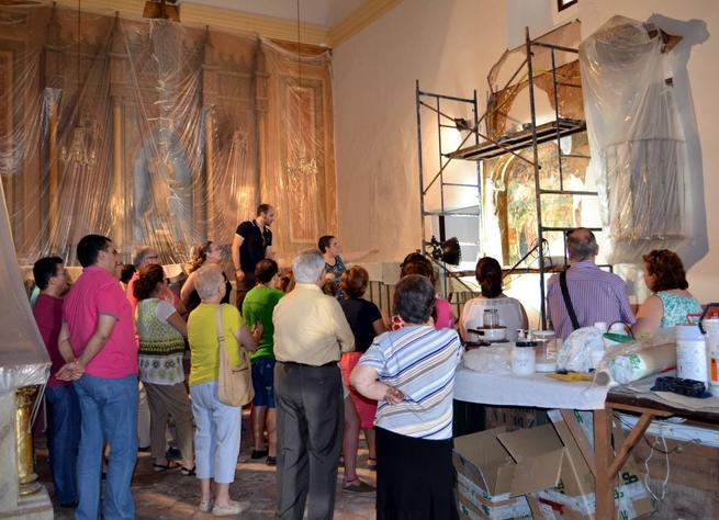 """Imagen: Decenas de visitantes se interesaron por la virgen """"de rostro dulce"""" de las  pinturas del siglo XVI descubiertas en la Ermita de la Purísima de Torralba"""