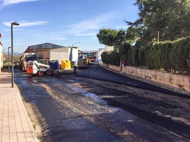 El Ayuntamiento de Almodóvar ejecuta un plan de asfaltados que alcanza a más de una docena de calles y viales