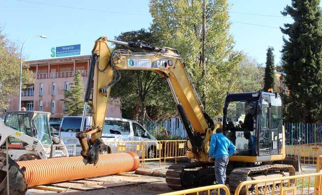 El SESCAM invierte 46.000 euros para renovar el alcantarillado y acabar con las inundaciones en la entrada principal del hospital de Valdepeñas