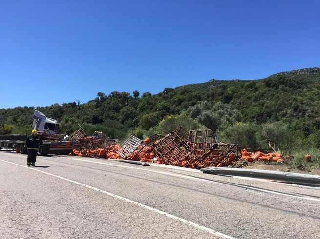 Cortada la N-420 cerca de Fuencaliente tras salirse de la vía un camión que ha esparcido bombonas de butano sobre la calzada
