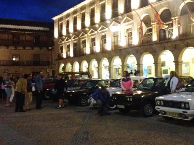 imagen de La Plaza Mayor de Villanueva de los Infantes recibió ayer al Club Seat 131, motivo de celebración para los aficionados al mundo del motor y para el Turismo