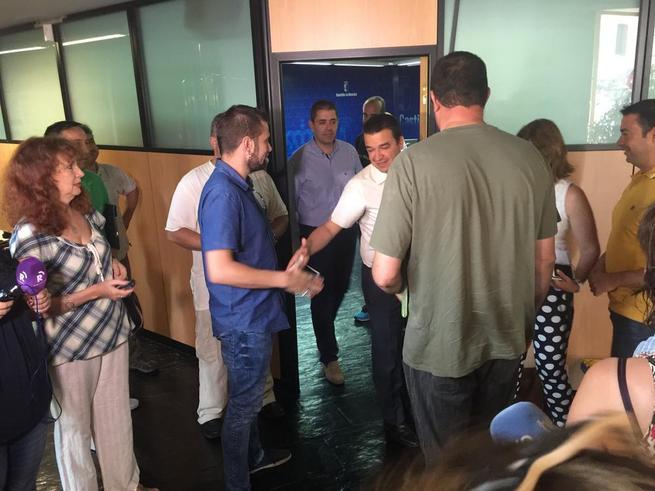 Imagen: Martínez Arroyo se reúne durante hora y media con los agentes medioambientales, a los que entrega un 'índice' de la futura Ley del Cuerpo