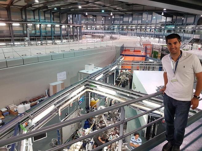 Imagen: Un profesor de la UCLM realiza experimentación avanzada en el acelerador de partículas 'Alba' de Barcelona