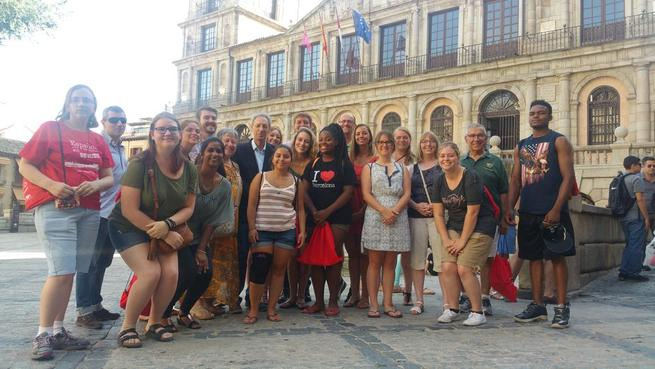 Imagen: Una veintena de jóvenes estudiantes procedentes de la ciudad hermanada de Toledo Ohio visita el Ayuntamiento capitalino