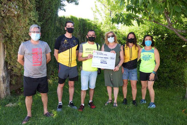 El Club de Atletismo entrega a la Asociación Brazos Abiertos 500 euros recogidos en la I Carrera Virtual 10k y 5k de Argamasilla de Alba