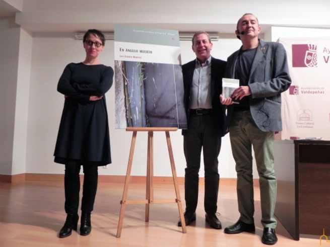 """Presentado en Valdepeñas el libro de poemas """"En ángulo muerto"""", de Luis Fermín Moreno"""