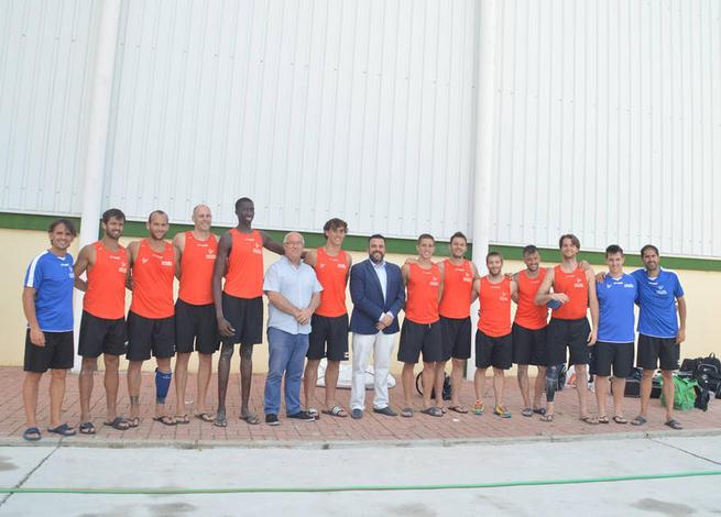 Imagen: La selección española de balonmano playa y la angoleña de basket, en Azuqueca