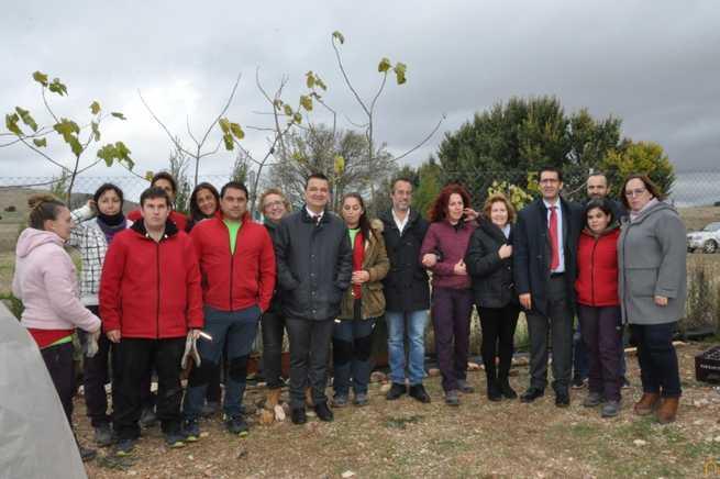 El presidente de la Diputación de Ciudad Real visita un taller de empleo de viveros en Poblete